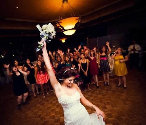 ловит букет невесты фото