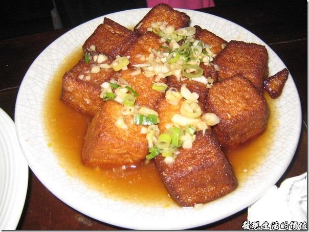 台北-魯旦川鍋。老皮豆腐:就是用嫩豆腐把外皮炸得酥脆,然後再用滷汁滷過,所以可以外皮酥脆內層軟嫩。