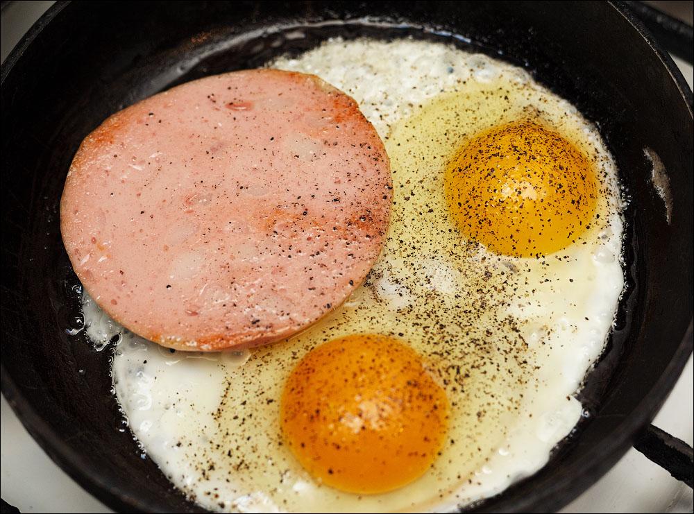 Как сделать яичницу с колбасой 837