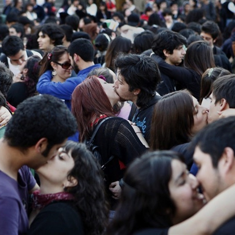 Chilean Students Stage Kissing Protest to Demand Education Reform