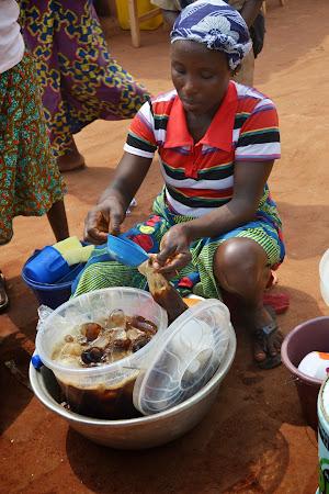 5. Piata fetisuri Vogan, Togo - Cola la punga.JPG