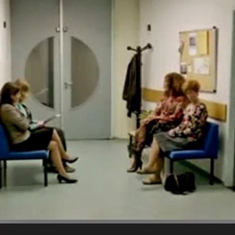 Συνέπειες του να γελας δυνατά σε ένα ήσυχο δωμάτιο αναμονής