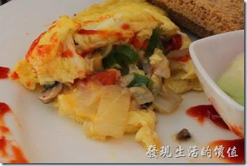 台南-bRidge 橋上看書-早午餐。捲蛋內包有洋蔥、蘑菇、青椒、起司與培根,吃起來蠻好吃的,份量有點多啊。