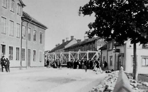Eddaspången rullas ut på Svarbäcksgatan 1901