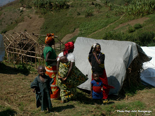 – Des familles dans un camp de déplacés à l'Est de la RDC, en janvier 2003. Photo Don John Bompengo