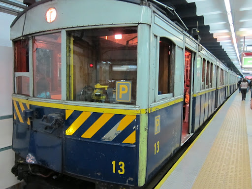 A very old train still running on BA's Linea A.