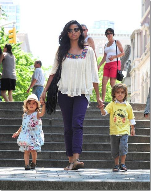 Camila Alves Camila Alves Takes Kids Zoo 8SVSG11XbeHl