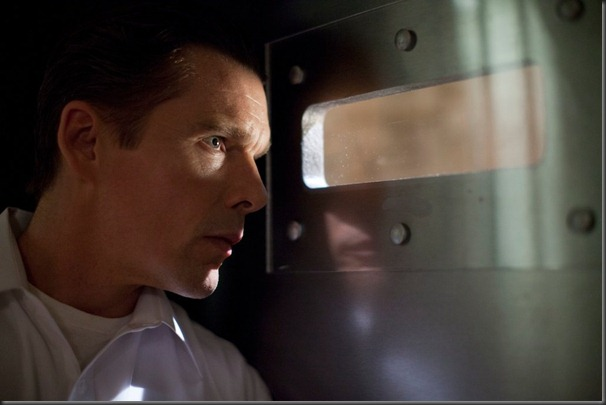 ethan_hawke_in_the_purge_peeping_1