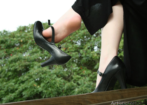 Kate dangling her shoe from her beautiful foot.