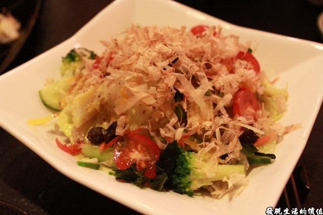 台南-花川日本料理。野菜沙拉 NTD150。我還是比較懷念在上海大吉日式燒烤吃到的野菜沙拉,生菜清脆有甜味。這裡的則有點像在吃燙過的青菜,因為裡頭有燙過的花椰菜,上頭還放了柴魚。