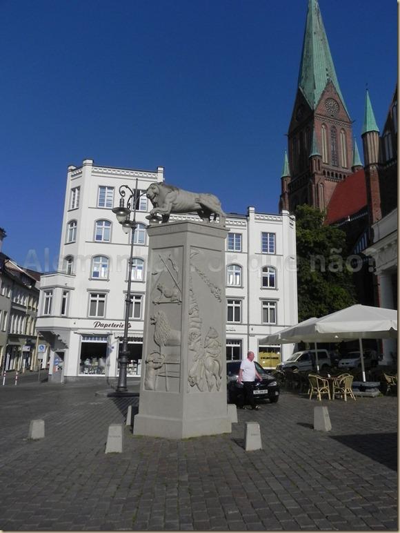 A praça do mercado de Schwerin e o Löwendenkmal