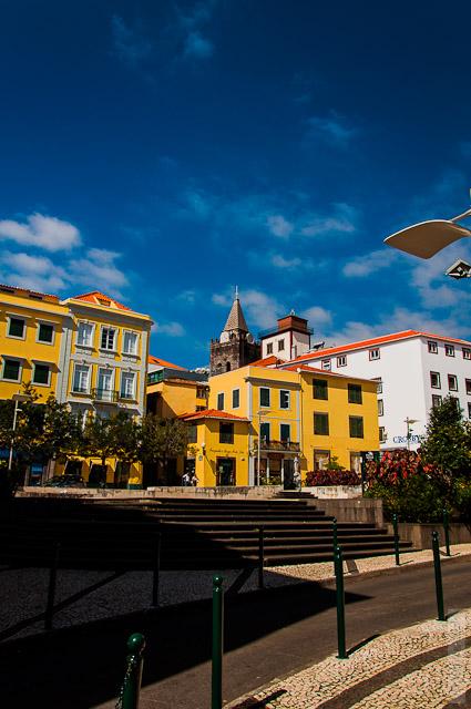 131. Февраль. Мадейра. Фуншал. Улочки города. Сочетание черепицы и жёлтого цвета меня просто очаровывает.