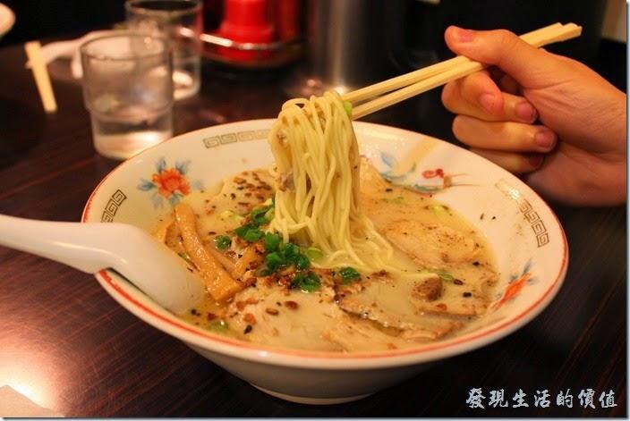 日本九州在地的好味道【熊本拉麵 こむらさき本店】。叉燒拉麵,日幣670円,這是兒子們點的叉燒拉麵,湯頭非常濃郁,個人覺得有點太鹹,蔥花、差燒肉、筍乾,但是沒有木耳絲。