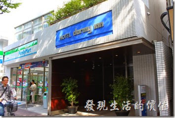 【博多祇園Hotel東名inn】的隔壁就是【FamilyMart】,而且從飯店這邊還直接開了一個門可以過去,超方便。
