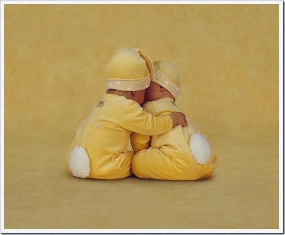 Bebês-se-abraçando