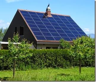 Tetto di casa ricoperto da pannelli fotovoltaico