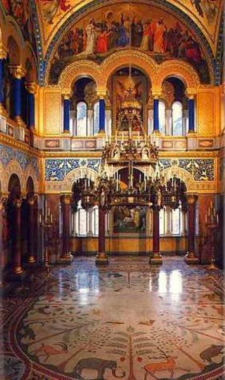 El Salón del Trono (fotos inferiores), a pesar de haber quedado i