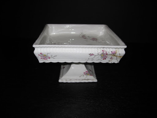 What a beautiful design and elegant painted detail to this cake stand that has a boxed-edge.
