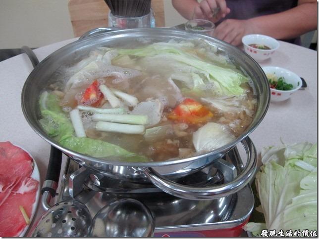 台南小豪洲沙茶爐火鍋。上菜囉!火鍋吃法就是把耐煮的食材先放進去,其他的用川燙的方式燙一下就可以食用了,這樣比較可以保留原食材的美味。個人看法啦!