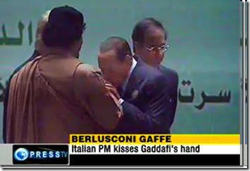 La foto scandalo del bacia mano di Berlusconi a Gheddafi - 27 marzo 2010