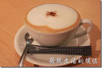 台南-咖啡茶朵Chador。卡布其諾咖啡。味道比拿鐵順一點,但相對的奶味比較重,只能說這裡的咖啡普普通通。