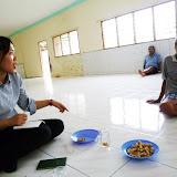 写真4 Rumah Aで聞き取り調査をする加藤 / Photo4  Ms. Kato making an interview with the resident of the longhouse of  Rumah A.