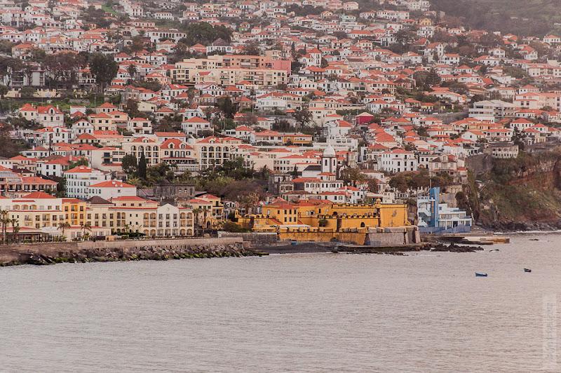10. Февраль. Мадейра. Канатная дорога. Фуншал. Выбравшись на балкон, рассматриваю берег.