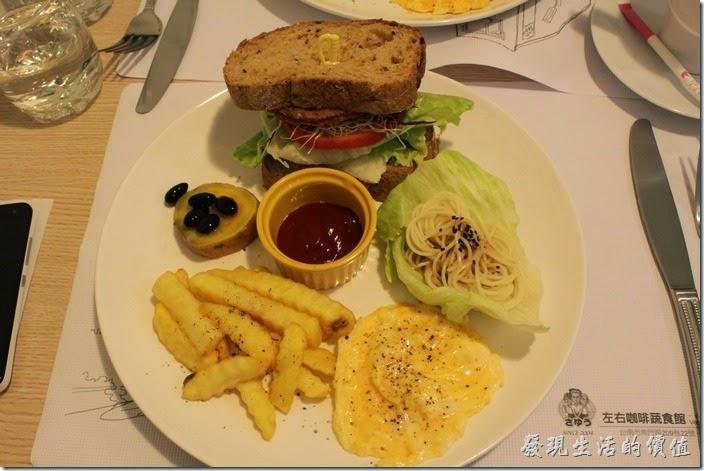 台南-左右咖啡蔬食。A餐 左右美式拼盤,NT$190。這是我點的早餐,一面煎熟的炒蛋、炸薯條、地瓜佐密過的黑豆、義大利麵條佐生菜(個人喜歡這道菜),以及一份三明治。