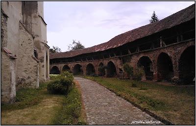 Biserica fortificata din Cisnadie - curtea interioara.jpg