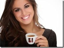 Una donna beve il caffè