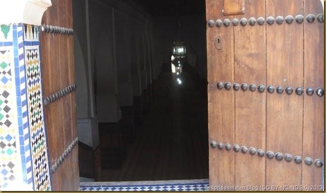 Otra puerta y salón de rezos