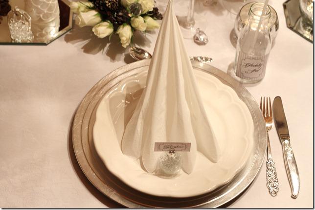 hvitt bord pyntet med sølv, kongler, diamanter og snø  IMG_0761