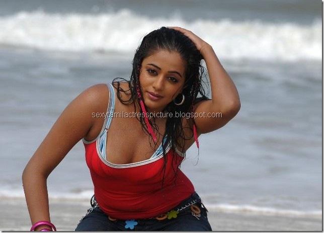 Priyamani_hot_in_beach_05