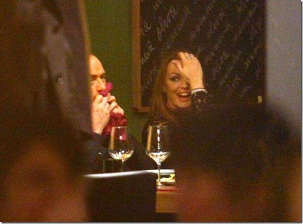 L'ex premier Silvio Berlusconi a cena con Francesca Pascale in una pizzeria al termine del vertice del Pdl a Milano, 9 dicembre 2012. ANSA/STEFANO PORTA