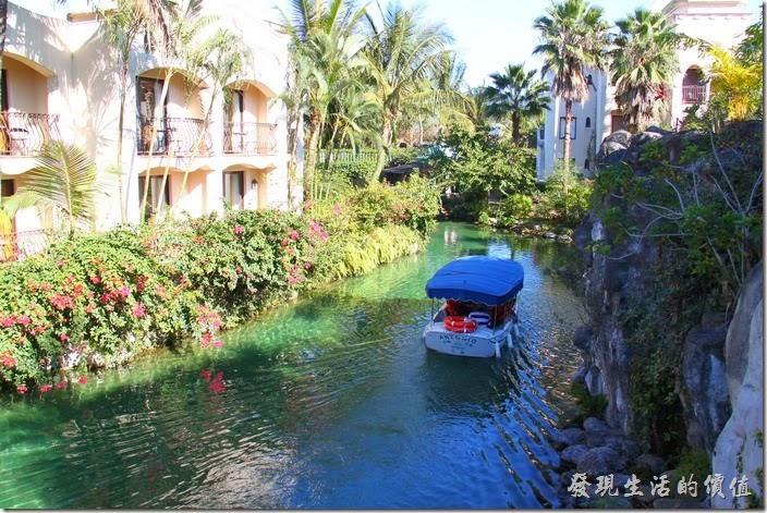 花蓮-理想大地渡假村。散步渡假村時也可以改乘坐環河遊艇,聽解說員介紹渡假村內的風景。