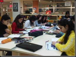 hazırlık sts in library with netbbooks and netbooks doing research