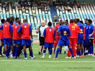 – Les joueurs de l'équipe nationale de football de la RD Congo autour de leur sélectionneur Robert Nouzaret au stade des Martyrs de Kinshasa, ce 23/03/2011. Photo Radio Okapi/John Bompengo