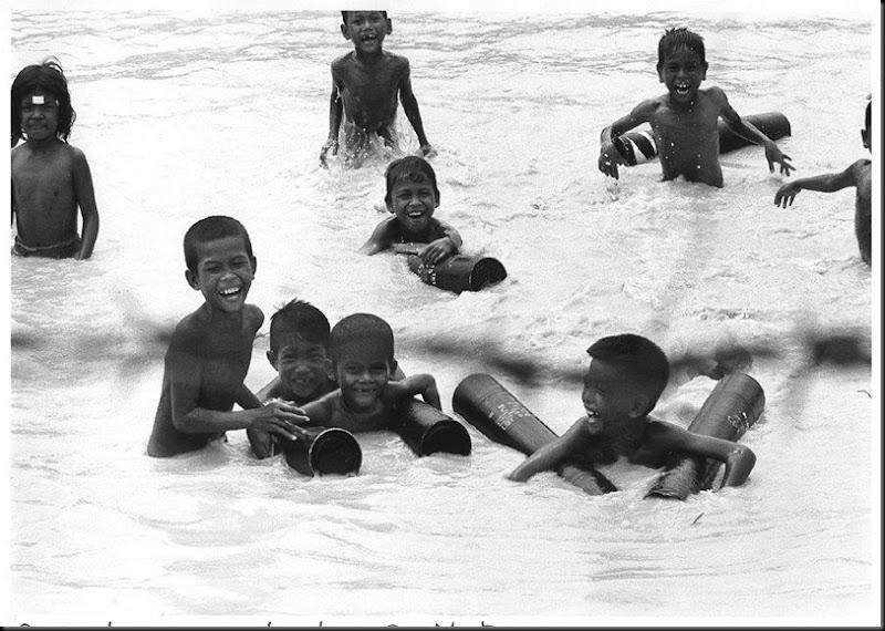 Cambogia, bambini che nuotano nel fiume Mekong, 1974