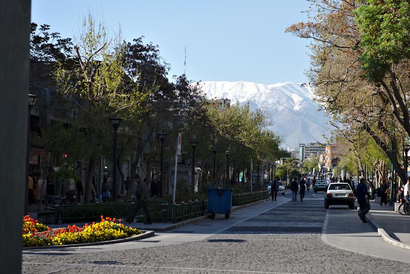 Tehran, tot la poalele muntilor.
