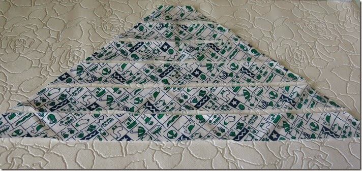 09_cortamos o triângulo em tiras com a medida necessária_thumb[3]