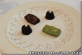 尼法咖啡,法式餐廳。最後的Ending是手工巧克力,說是巧克力,其實只有一塊,另一塊是餅乾。