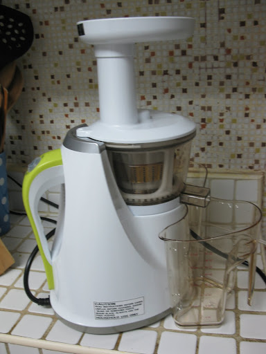 Here's the Hurom Slow Juicer setup: It assembles in about a minute.