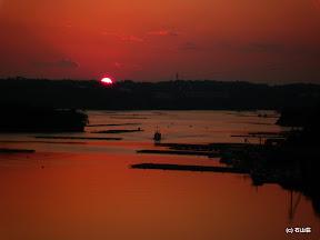 まん丸のまま沈んでく夕日と船が絵になります~