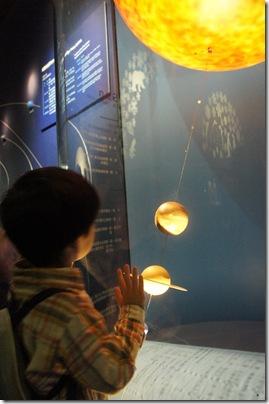 小鐵一直吵著要來看太陽系