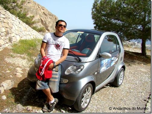 Smart Alugado subindo a colina até as ruínas de Thira Antiga em Santorini