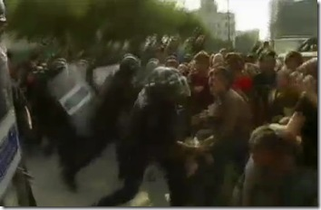 polizia massacra gli indignados
