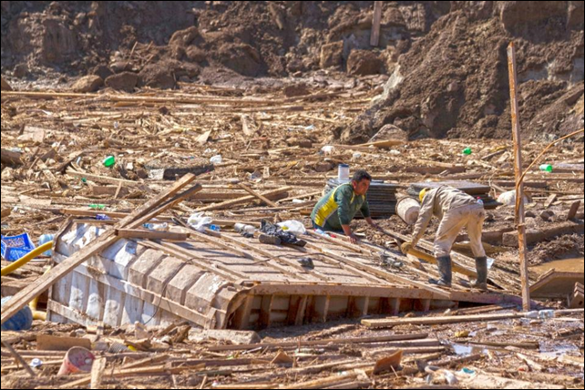 People search among the rubble in an area which was flooded in Chanaral, northern Chile, on 1 April 2015. Photo:  Patricio Miranda / AFP Photo