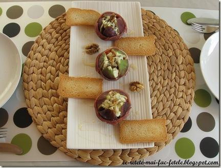 Smochine cu brânză albastră şi jambon - servim cu tartine de pesmet