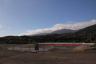 左岸よりダム湖・取水塔を望む