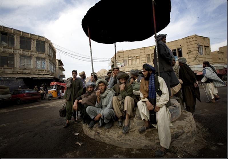 Les journaliers attendent du travail à Kandahar. pour 1 ou 2 dollar, ils sont prêts à tout.